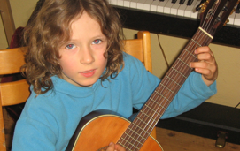 Schüler beim Gitarrenunterricht